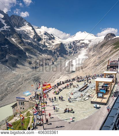 Grossglockner, Austria - Aug 8, 2020: Summit Glacer View With Tourists At National Park Square Kaise