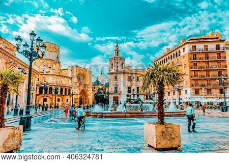 Valencia, Spain - Sept 10: Square Of Saint Mary's And Fountain Rio Turia. September 10, 2014 In Vale