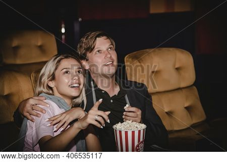 Couples, Romantic At The Cinema : Young People Are Thrilled With The Thrill Of Watching Movies In Th