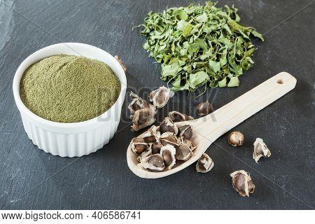 Moringa Oleifera Medicinal Plant - Moringa Powder, Dried Leaves And Seeds