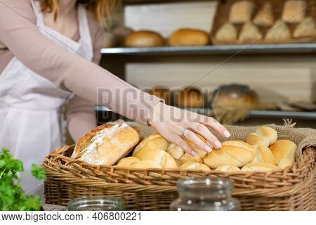 After The Buns Were Delivered To The Bakery Shop By A Handsome Baker, The Attractive Saleswoman Deci
