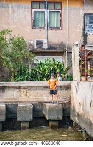 Bangkok/thailand-19 Jan 2020:unacquainted People Fishing In Chaopaya River In Talat Noi.talad Noi (t