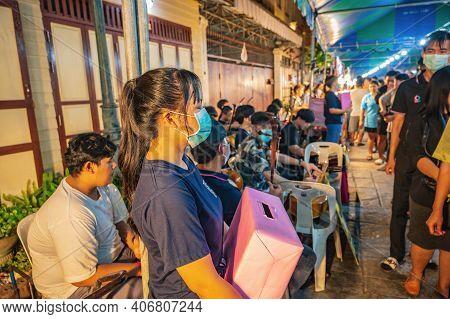 Bangkok/thailand-01 Mar 2020:street Performance In Wat Arun Temple Fair At Night.wat Arun Ratchawara