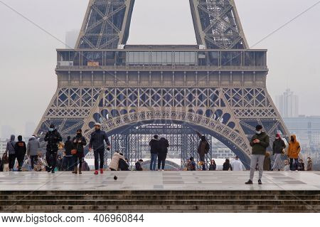 Paris, France - Janauary 31, 2021 : Tourists And Parisians In Front Of The Eiffel Tower In Paris Dur