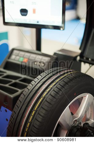 Wheel balancer computerized tire balancing machine in a store