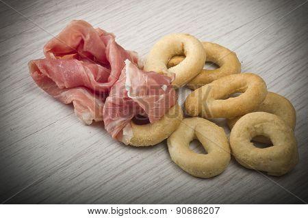 Taralli with sliced ham
