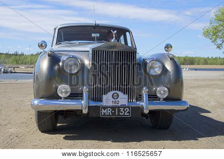 Car Rolls-Royce Phantom V close-up full-face