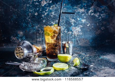 Cuba libre drink alcoholic beverage with lime and ice