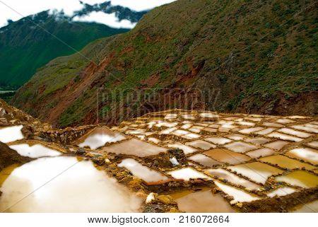 salar maras en las montañas de cuzco peru