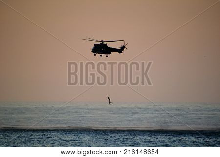 Rescue maneuvers from helicóptero in the ocean