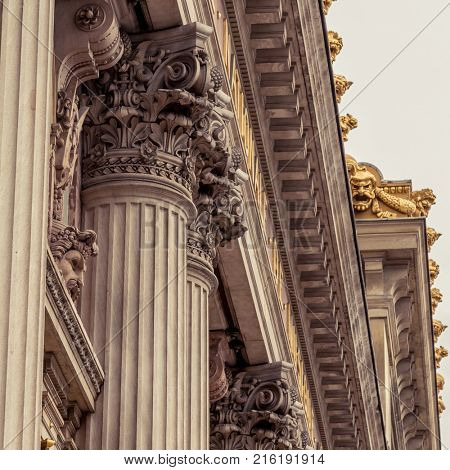 Corinthian column capital featuring acanthus leaves