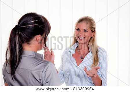 women talking at arbitsplatz in the office