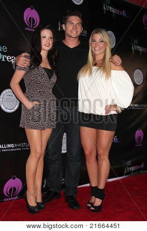 LOS ANGELES - 6 de julho: Nancee Bingenheimer, Dave Collins, Cassie McWilliams chegando ao Dreamworl