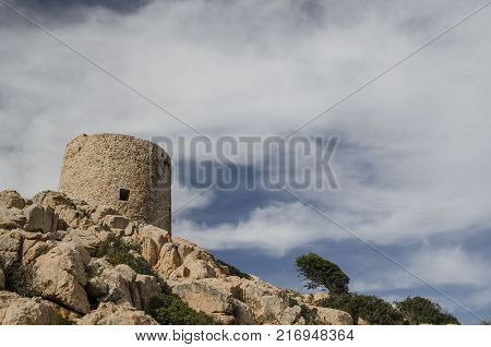 torre costiera del sud Sardegna, struttura fortificata che dall'alto medioevo sino alla metà del diciannovesimo secolo ha rappresentato il sistema difensivo