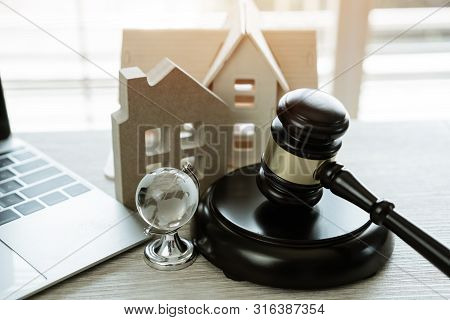 Judge Gavel / House Model, Ideas For Foreclosure In Real Estate Auction And Bidding Home. Business J