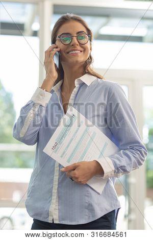 Cute Brunette Female Person Talking Per Telephone