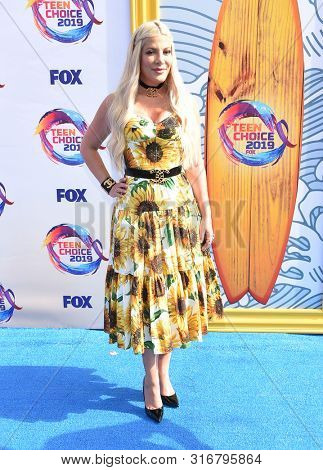 LOS ANGELES - AUG 11:  Tori Spelling arrives for the 2019 Teen Choice Awards on August 11, 2019 in Hermosa Beach, CA