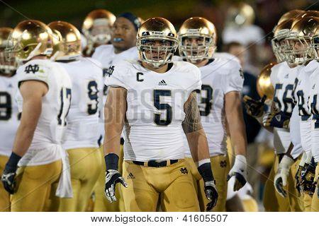 LOS ANGELES - 24 de novembro: Manti Te'o #5 da Notre Dame Fighting Irish durante o NCAA Football g
