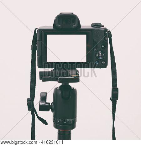 The mirrorless camera on the tripod