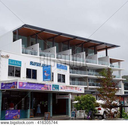 Yeppoon, Queensland, Australia - April 2021: Shops And Apartment Hotel Facades On Beachfront Village