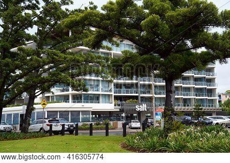 Yeppoon, Queensland, Australia - April 2021: Beachfront Apartment Hotel Seen Through A Garden Of Tre