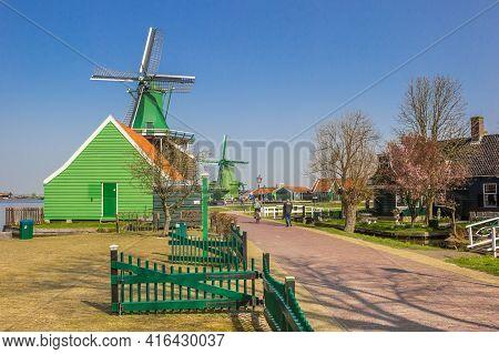 Zaanse Schans, Netherlands - March 31, 2021: Historic Houses And Windmills Of Zaanse Schans, Netherl