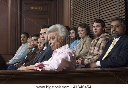 Multi étnicos miembros del jurado en el estrado del Palacio de justicia