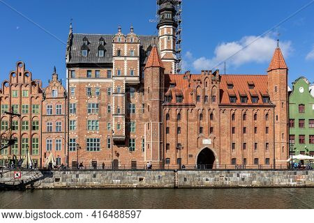 Gdansk, Poland - Sept 9, 2020: View Over The Motlawa To The  Mariacka Gate. The Gate Was Built In La