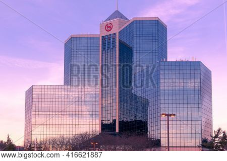 Mahwah, Nj - Usa - Feb. 17, 2021: Landscape Sunset View Of The Iconic Glass And Steel Sheraton Mahwa