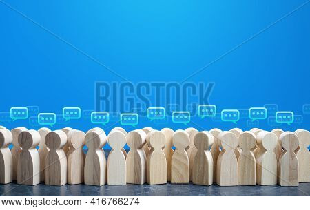 People Figures With Comment Clouds Above Their Heads. Social Communication. Information Exchange. Ru