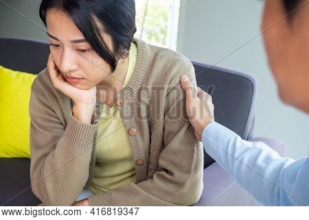 Female Patients With Mental Illnesses And Physical Illnesses Are Currently Discuss With A Doctor Or