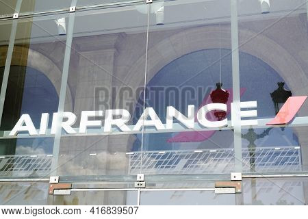 Bordeaux , Aquitaine France - 04 10 2021 : Air France Logo Text And Brand Sign On Windows Agency Off