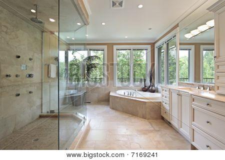 Baño principal con ducha de cristal grandes
