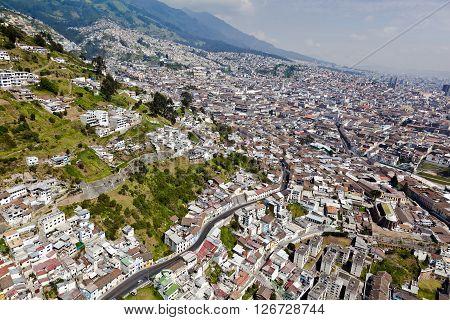 Vista aérea del casco colonial de la ciudad de Quito con las faldas del Panecillo