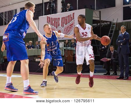 Bc Krasnye Krylia Guard Aaron Miles (32), With Ball, Is On The Attack