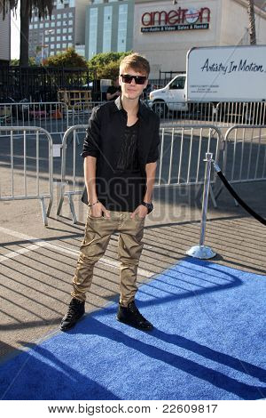 LOS ANGELES - AUG 14:  Justin Bieber arriving at the 2011 VH1 Do Something Awards at Hollywood Palladium on August 14, 2011 in Los Angeles, CA
