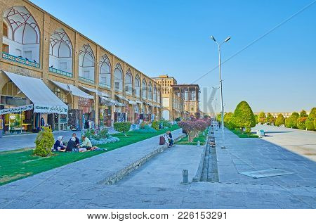 Isfahan, Iran - October 20, 2017: The  Stores Of Grand Bazaar House In Medieval Pavilions, Surroundi