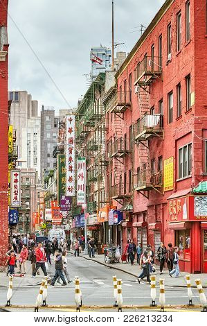 New York, Usa - May 27, 2017: Bustling Street In The Manhattan Chinatown, One Of The Oldest Chinese