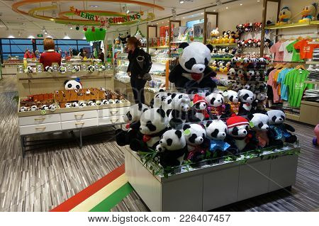 Shanghai, China-jan 14, 2018: Passenger Shops For Souvenirs In Pudong Airport In Shanghai.