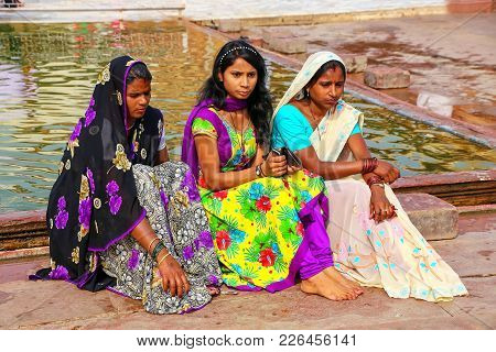 Fatehpur Sikri, India-november 9: Unidentified Women Sit By The Pool In The Courtyard Of Jama Masjid