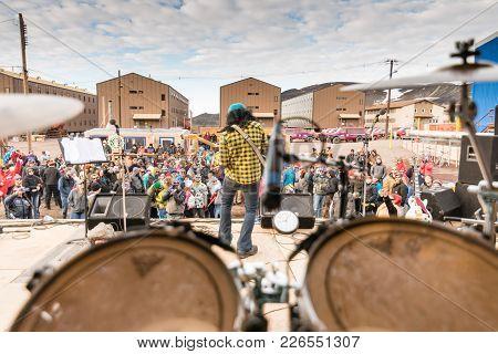 Mcmurdo Station, Antarctica - January 3, 2015: A Performer Entertains A Crowd Of Researchers And Sup