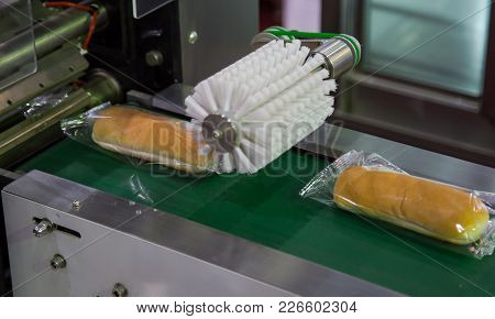 Bread/toast/bun Plastic Wrapping Machine On Bakery Production Line