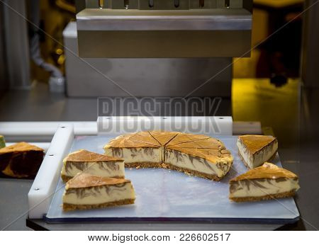Cake Cutting Machine For Bakery Production Line