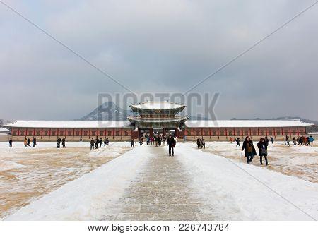 Seoul, South Korea - January20: The Gate Of Gyeongbokgung Palace On Blue Sky Background Photo Taken
