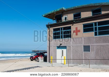 San Diego, California - April 21, 2017:  The Permanent Lifeguard Station And A Rescue Vehicle On Pac