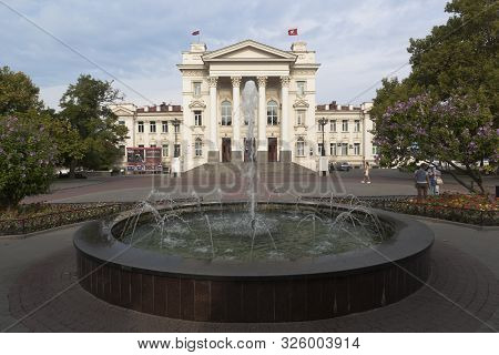 Sevastopol, Crimea, Russia - July 24, 2019: Seaside Boulevard With A Fountain At The Sevastopol Pala