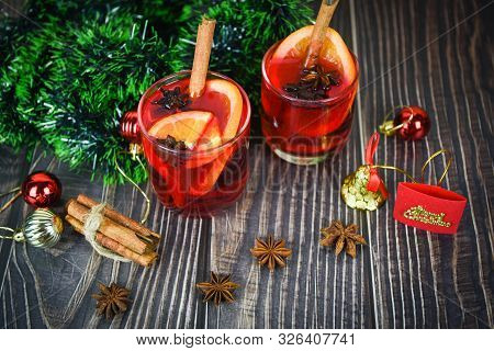 Red Mulled Wine Glasses Decorated Table / Christmas Mulled Wine Delicious Holiday Like Parties With