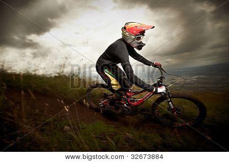 junger Mann Fahrstil ein Mountain Bike downhill