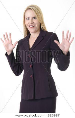 Mujer de negocios con las manos para arriba