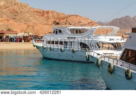 Sharm El Sheikh, Egypt - June 7, 2021: Luxury Yacht With Tourists On Board In The Bay Of The Red Sea